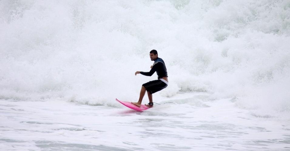 O ator Cauã Reymond surfa na Prainha, no Rio de Janeiro (27/2/2010)