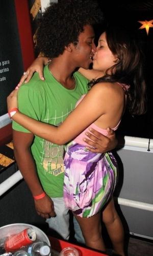 Vitor Lucas é flagrado aos beijos em boate carioca