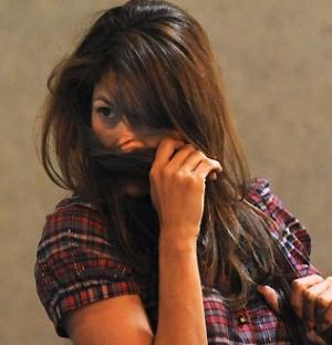 A atriz Eva Mendes esconde o rosto com os cabelos para não ser fotografada no aeroporto de Los Angeles (28/4/2010)