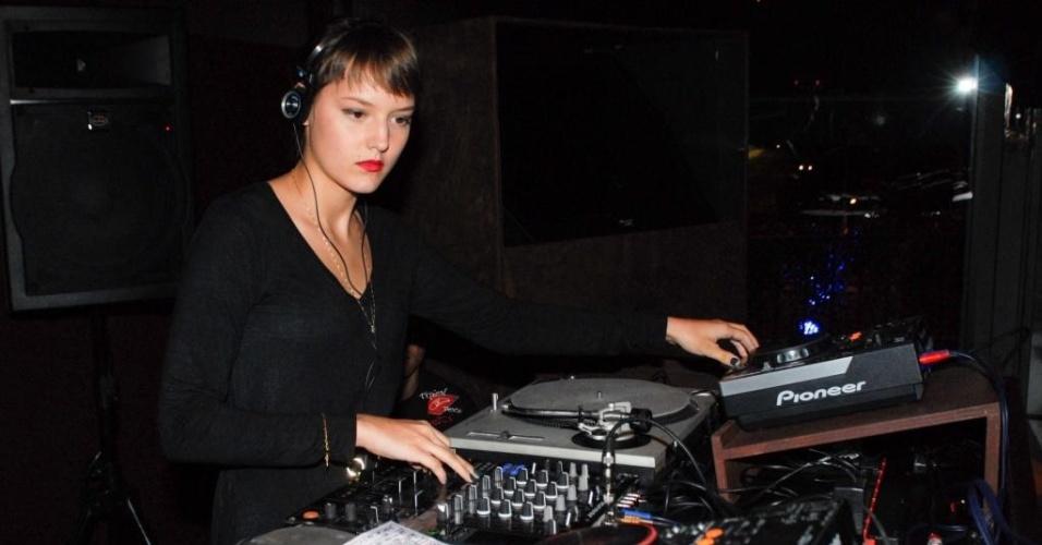 Mallu Magalhães toca como DJ em clube de São Paulo (28/4/2010)