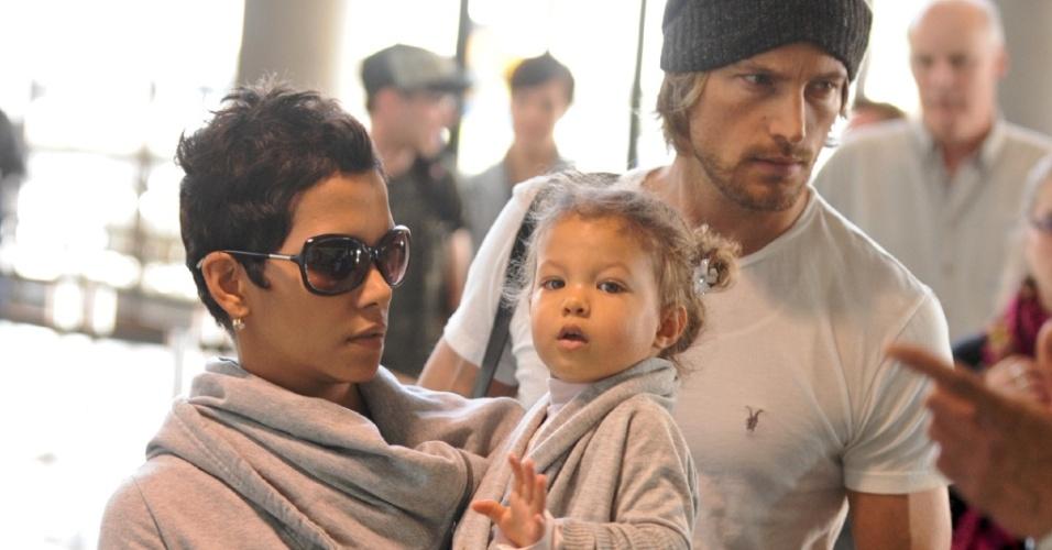 A atriz Halle Berry, o modelo Gabriel Aubry e a filha do casal Nahla Ariela no aeroporto de Los Angeles (19/12/2009)