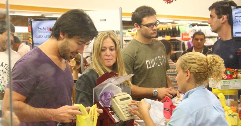 Susana Vieira e Sandro Pedroso vão a um supermercado na zona Sul do Rio de Janeiro (30/04/2010)