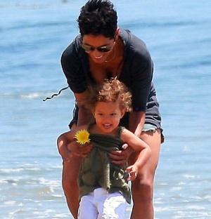 A atriz Halle Berry brinca com a filha Nahla em praia de Malibu (2/5/2010)