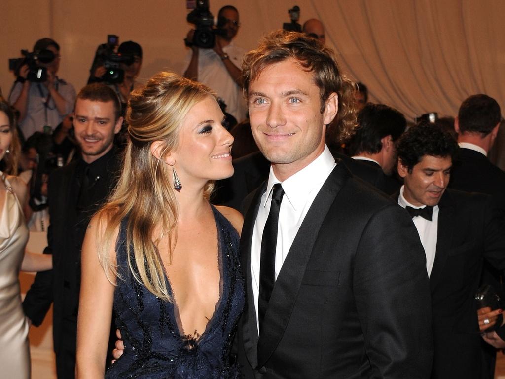 Os atores Sienna Miller e Jude Law vão juntos a evento pela primeira vez desde que voltaram a namorar, em dezembro de 2009, na festa do The Metropolitan Museum of Art, em Nova York (3/5/10)