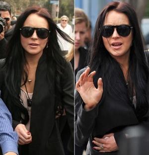 A atriz Lindsay Lohan sai do escritório de seu advogado, em Venice, na Califórnia. Do lado de fora, os paparazzi dividiram o espaço com fãs e curiosos, que esperavam conseguir uma foto da atriz (4/5/2010)