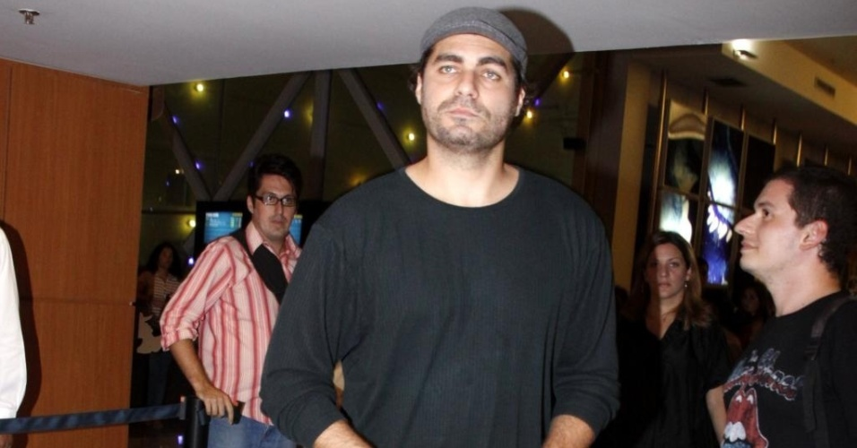 Thiago Lacerda e elenco participam da pré-estreia do filme
