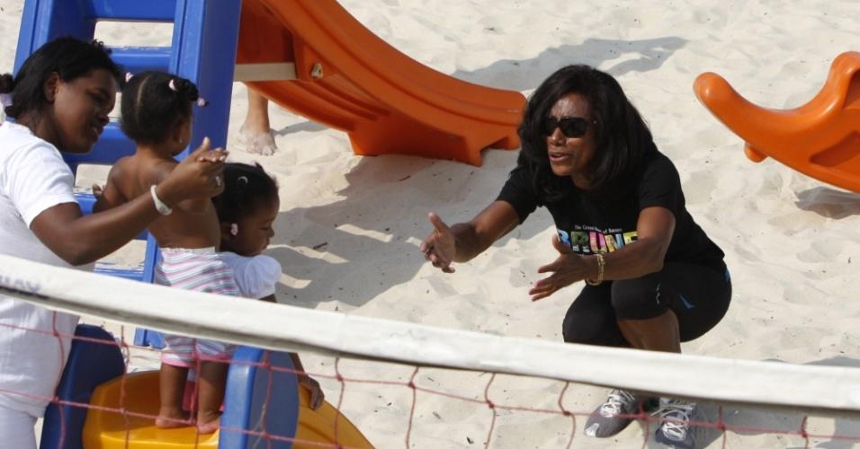 Gloria Maria brinca com as filhas em parque do Leblon (6/5/2010)