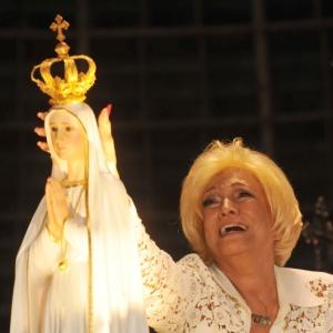 Hebe Camargo se emociona ao coroar imagem de Nossa Senhora de Fátima (08/05/2010)