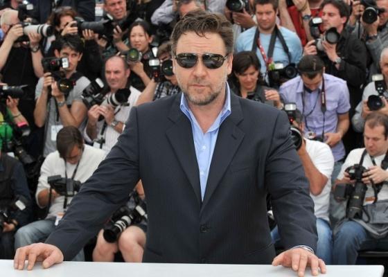 O ator Russell Crowe posa para fotos no tapete vermelho da apresentação do filme