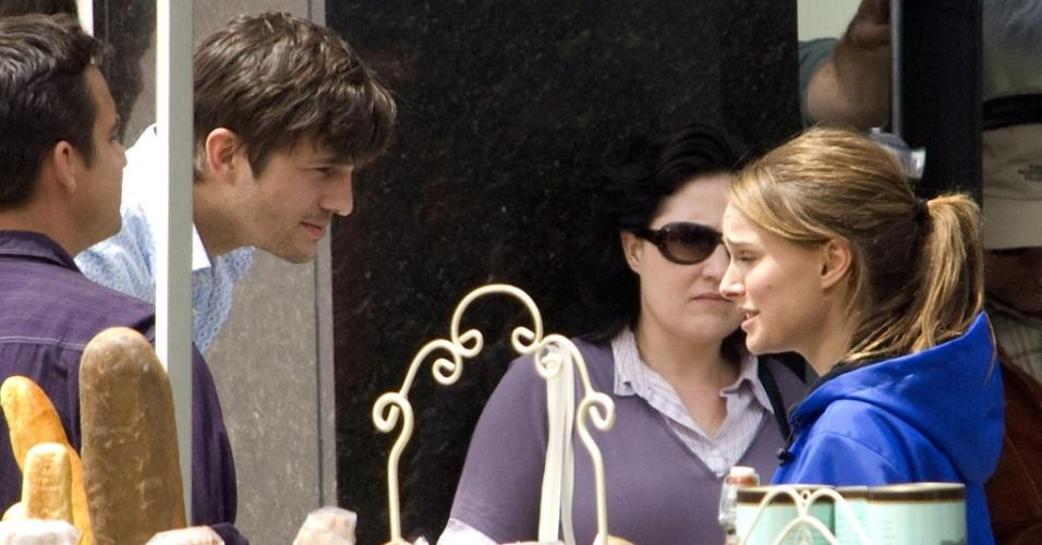 Os atores Ashton Kutcher e Natalie Portman filmam cenas de