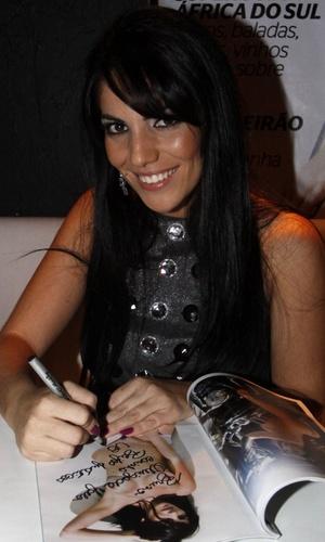 Anamara autografa revista na festa da
