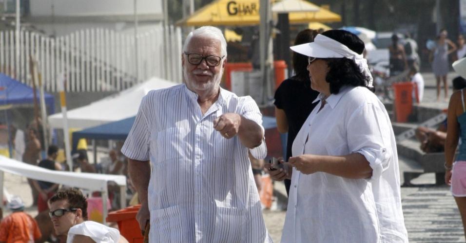 Manoel Carlos passeia na tarde de sábado pela orla do Leblon (15/05/2010)