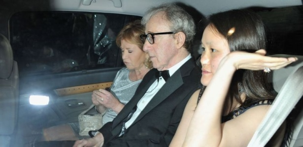 O diretor Woody Allen e a mulher Soon-Yi Previn (dir.) deixam a première de seu novo filme