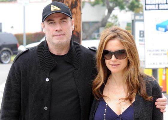 O ator John Travolta e a mulher Kelly Preston são fotografados saindo de um restaurante em Brentwood, na Califórnia (27/4/2010)