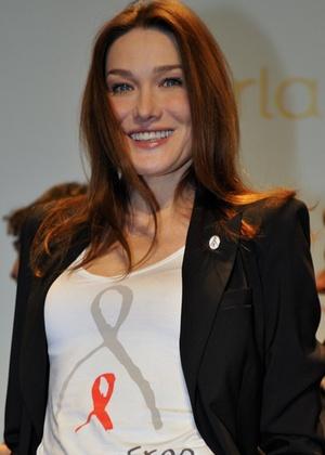A primeira-dama francesa Carla Bruni-Sarkozy no lançamento da campanha
