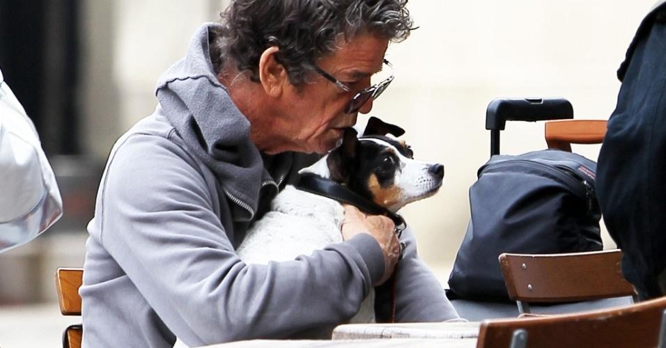 O cantor Lou Reed vai para um café em Nova York com sua cachorrinha rat terrier Lollabelle (17/5/2010)