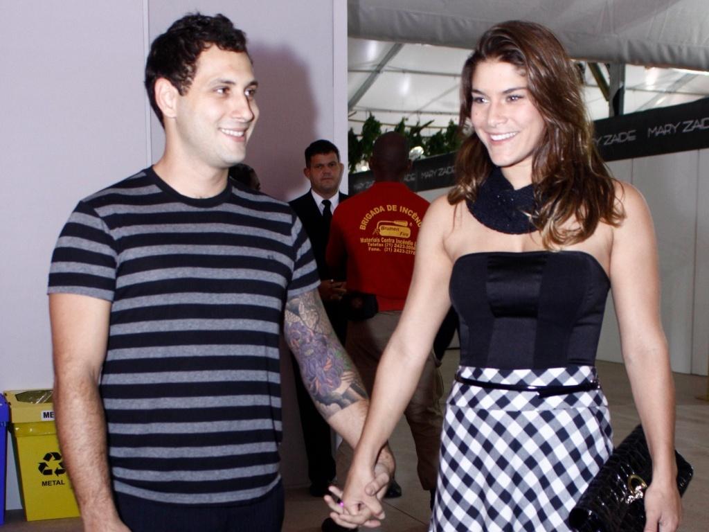 Priscila Fantin e o namorado Miguel de Morais participam de evento de moda no Rio de Janeiro (18/5/2010)