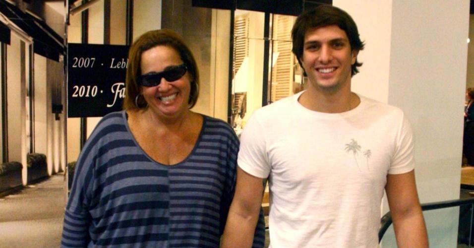 Claudia Jimenez passeia com o namorado Rodrigo Bonadio em shopping do Rio (21/05/2010)