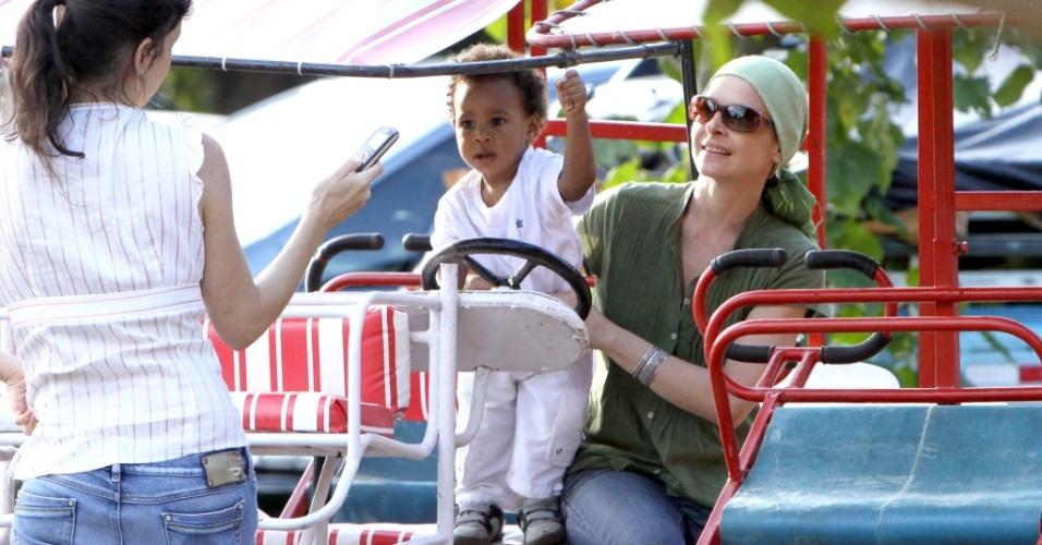 Drica Moraes passeia com o filho, Mateus, na Lagoa Rodrigo de Freitas (22/05/2010)