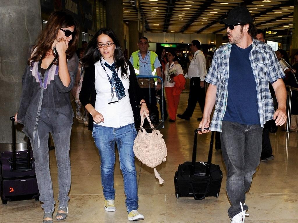 Os atores Javier Bardem e Penelope Cruz desembarcam no aeroporto Barajas, em Madri (24/5/2010)