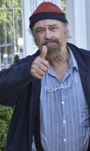 O ator Rip Torn acena para os fotógrafos aos chegar para uma audiência no tribunal de Litchfield, em Connecticut (25/4/2010)
