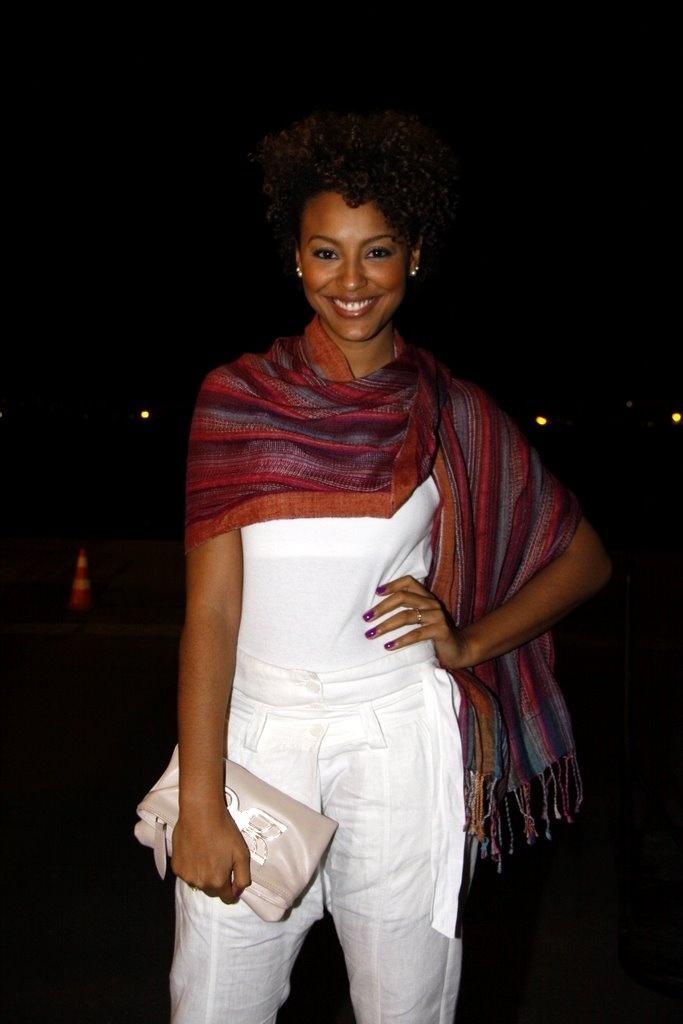 Sheron Menezes chega para os desfiles da noite no Fashion Rio (27/5/2010)