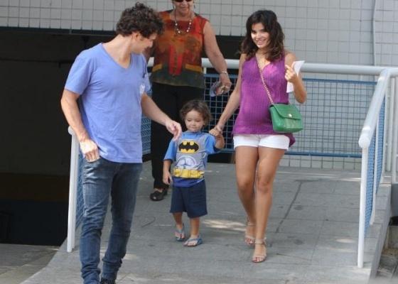 Daniel de Oliveira, Raul e Vanessa Giácomo na entrada da Perinatal, no Rio de Janeiro (29/5/10)
