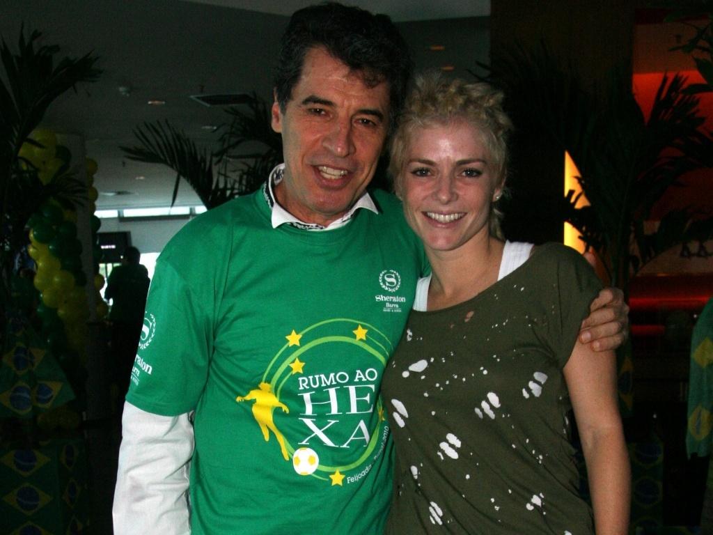 Paulo Betti e Ana Paula Tabalipa vão a uma feijoada