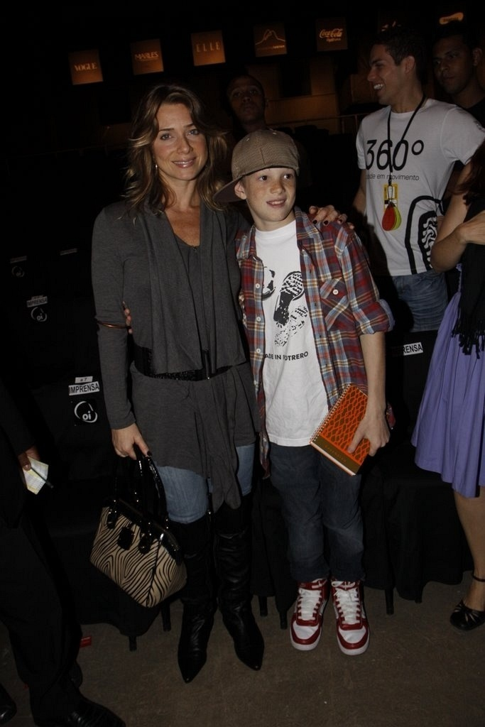 Letícia Spiller e seu filho Pedro no desfile da Cavendish, no Fashion Rio (30/5/2010)