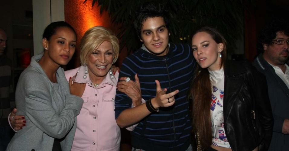 Hebe Camargo (de rosa) posa para fotos com a atriz Taís Araújo (esq.) e os cantores Luan Santana e Belinda em restaurante em São Paulo (31/5/2010)