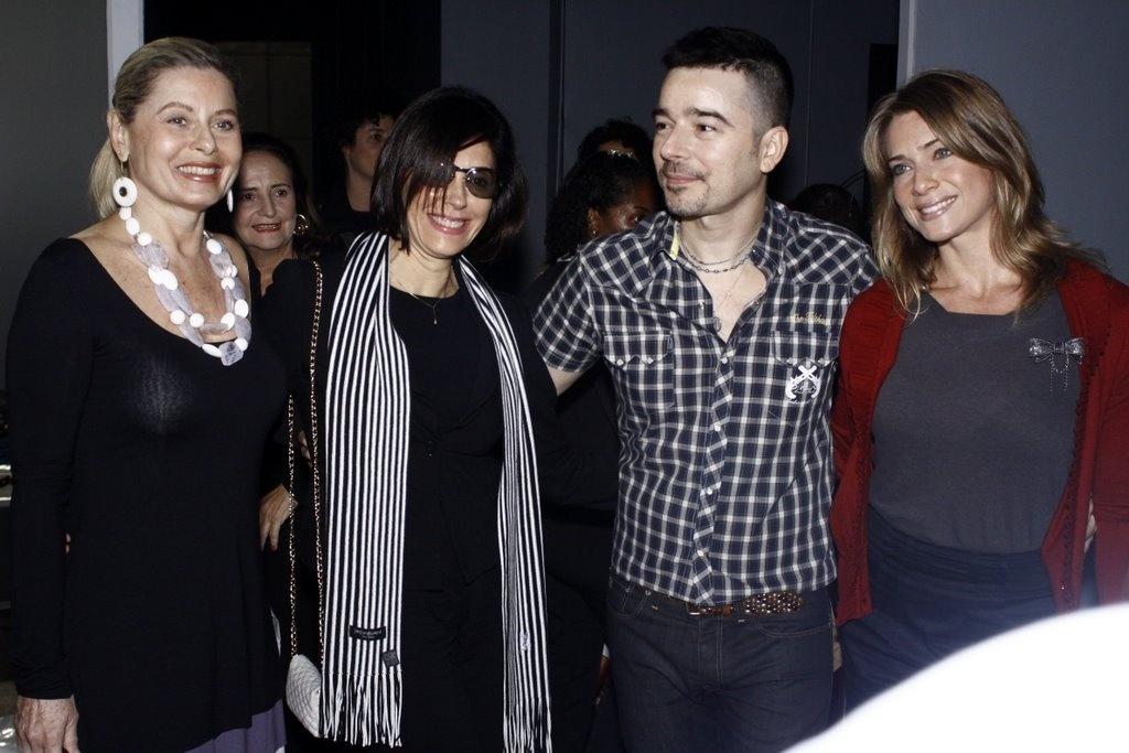 Vera Fischer, Christiane Torloni, Carlos Tufvesson e Letícia Spiller posam para foto nos bastidores do Fashion Rio (31/5/2010)