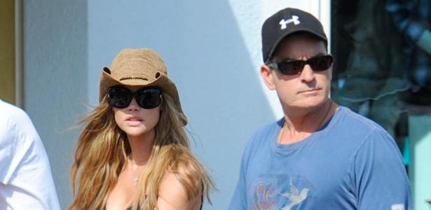 Charlie Sheen e a ex mulher Denise Richards passeiam com as filhas na Disney (1/6/2010)