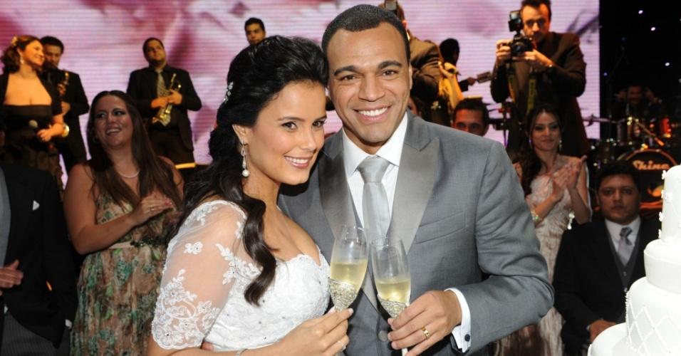 Luciele Di Camargo e Denílson brindam em sua festa de casamento em espaço de eventos em São Paulo (30/5/20100