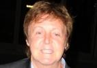 O cantor Paul McCartney chegando ao aeroporto de Los Angeles (25/5/2010)