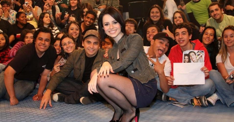 Sandy posa para foto com fãs durante apresentação ao vivo na MTV (4/6/2010)