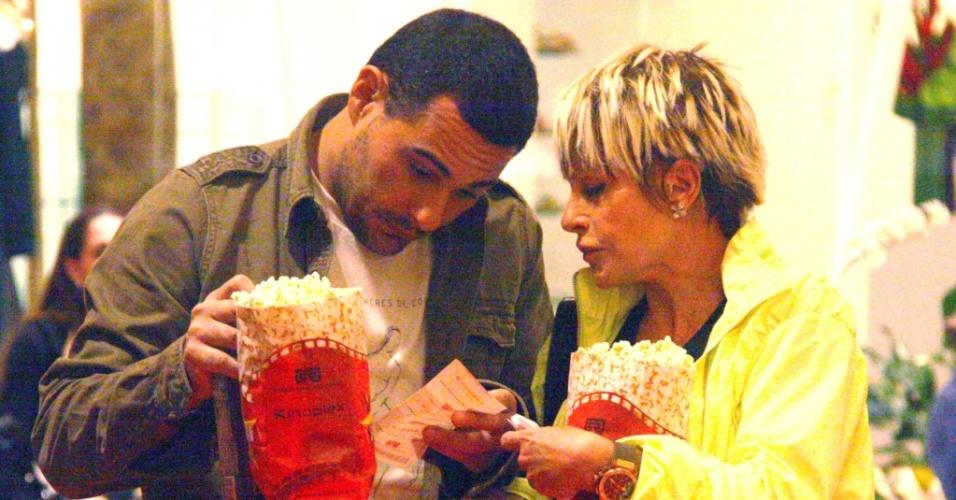 ana maria Braga vai ao cinema com o marido, no Rio (04/06/2010)