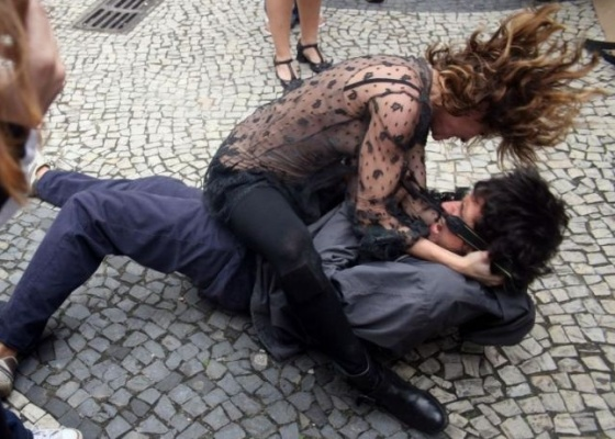 """Deborah Secco dá uma surra em """"paparazzo"""" em gravação do curta """"Assim como Ela"""", de Flora Diegues"""