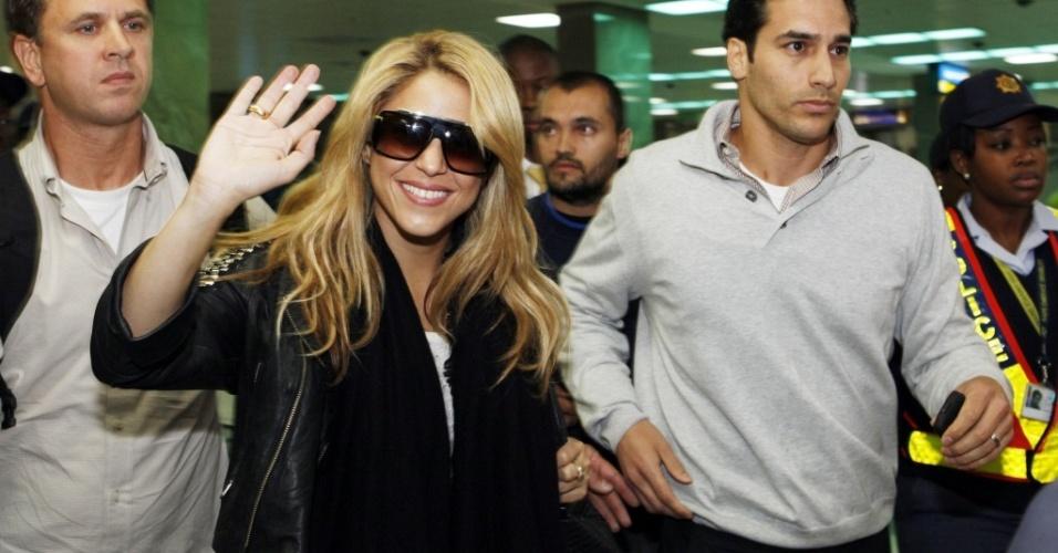A cantora Shakira acena para fotógrafo ao chegar no aeroporto de Johannesburgo, na África do Sul (7/6/2010)