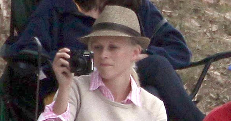 Reese Witherspoon tira foto da filha Ava durante prova de equitação em Los Angeles (6/6/2010)