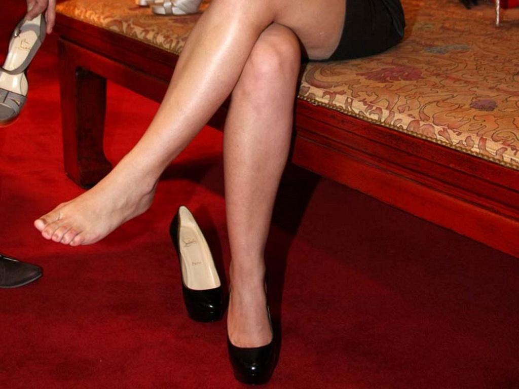 Adriana Birolli mostra o pé no lançamento da nova coleção de uma marca de sapatos no Rio de Janeiro (8/6/2010)