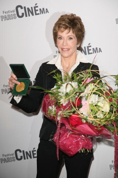A atriz Jane Fonda recebe uma medalha de honra da cidade de Paris e posa com o prêmio na prefeitura de Paris (10/6/2010)