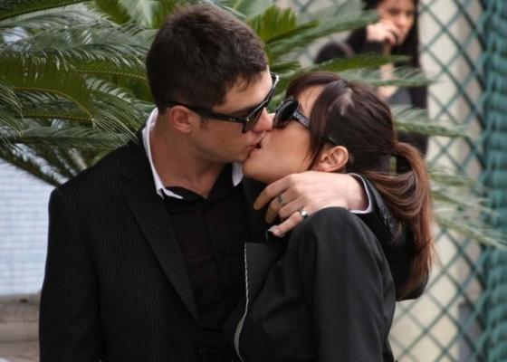 Sérgio Guizé beija a namorada, Alessandra Negrini, antes do desfile da grife Cavalera (11/6/10)
