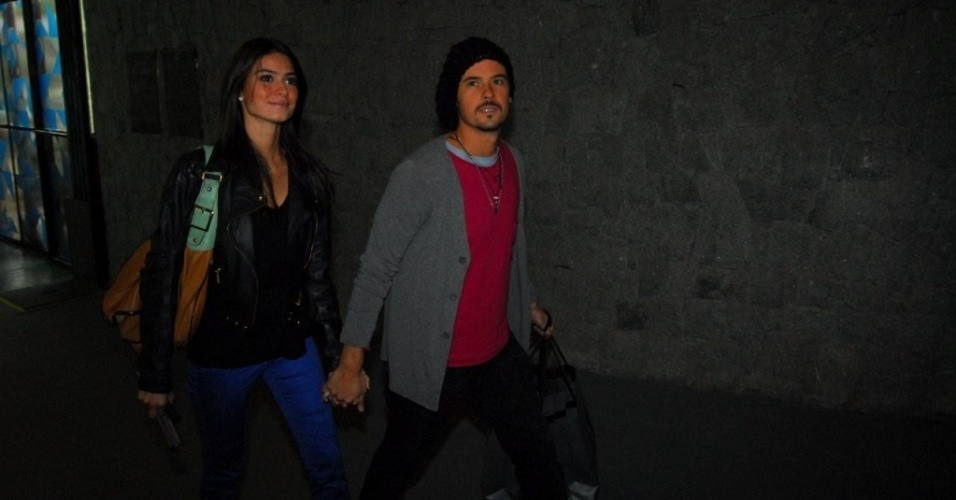 Thaila Ayala e Paulo Vilhena chegam ao pavilhão da Bienal, em São Paulo (12/6/10)