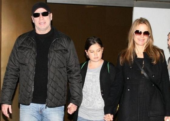 O ator John Travolta desembarca no Rio de Janeiro com a mulher Kelly Preston e a filha Ella Bleu (15/6/2010)