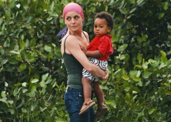 Drica Moraes passeia com o filho Mateus na Lagoa Rodrigo de Freitas, no Rio (maio/10)