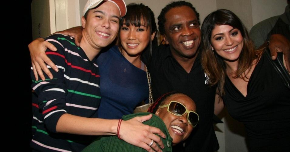 Da esq. para a dir.: Maria Gadú, Dani Suzuki, Mombaça, Carol Castro e Sandra de Sá (de óculos) no lançamento do CD de Mombaça no Rio (16/6/2010)