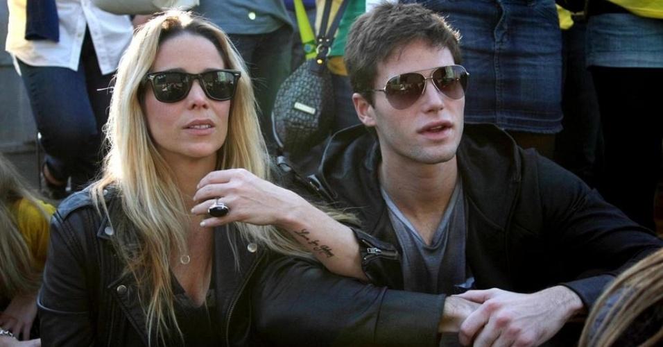 Danielle Winits e Jonatas Faro passeiam pelo Parque da Copa, no Jockey Clube de São Paulo (15/6/10)