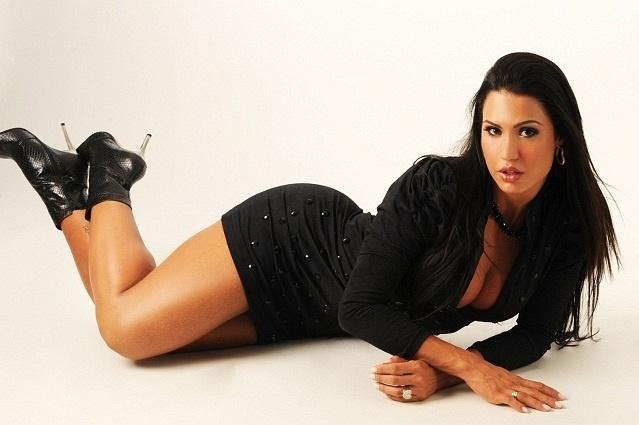 Gracyanne Barbosa posa para o catálogo de sua grife de moda (21/6/10)