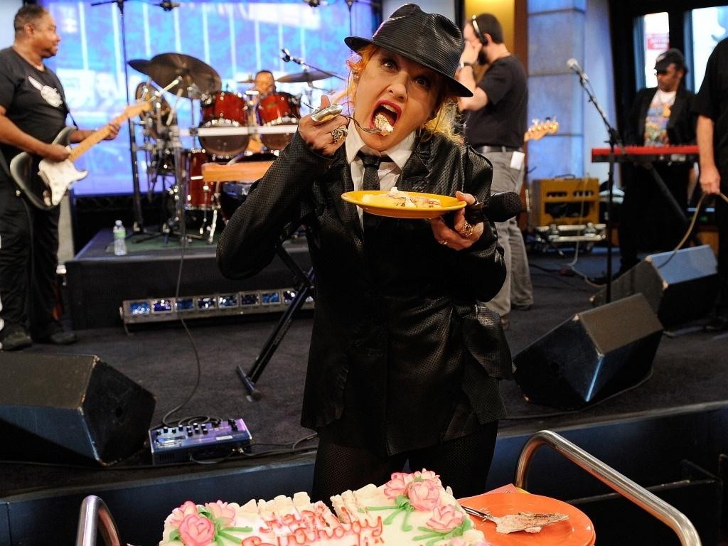 A cantora Cindy Lauper ganha um bolo de aniversário no programa