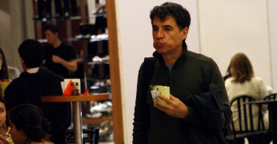 O ator Paulo Betti comendo pães de queijo em shopping no Rio de Janeiro (23/6/2010)